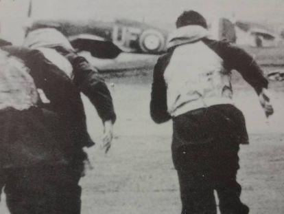 Pilotos de la RAF corren a sus aeroplanos durante la Batalla de Inglaterra.