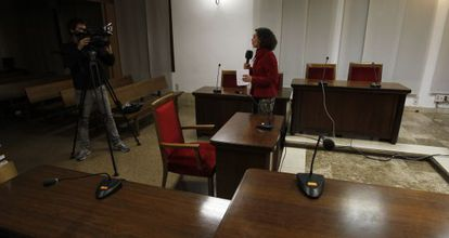 Una reportera y un cámara de televisión graban en el interior de la sala de vistas de los juzgados de Palma de Mallorca en febrero de 2012.