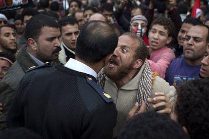 Varios manifestantes se han encarado a los militares durante el desalojo de la plaza hoy domingo. El objetivo de la policía militar es permitir el tráfico rodado. El domingo es laboral en los países de mayoría musulmana.