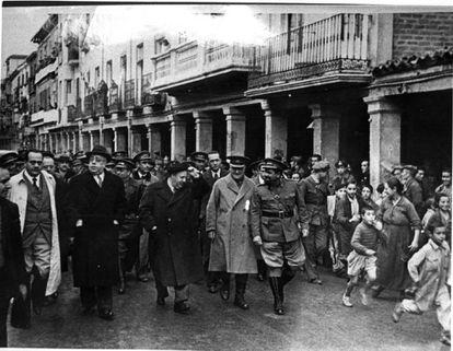 Juan Negrín, Manuel Azaña, Indalecio Prieto, el general Miaja y El Campesino, en Alcalá de Henares durante la guerra.