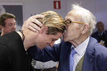 Fernando Torres saluda a su descubridor, Manuel Briñas, fundador de la Escuela de Fútbol del Atlético de Madrid.