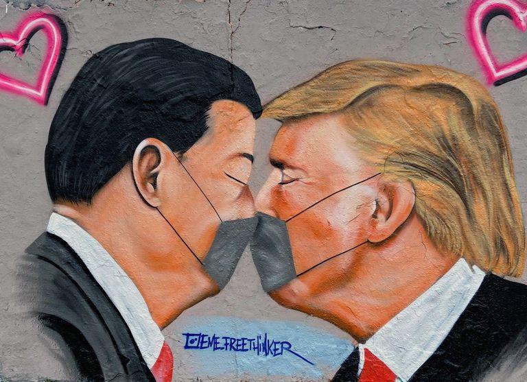 Grafiti del Parque del Muro, en Berlín, donde se ve a los presidentes de China y EE UU, Xi Jinping y Donald Trump, con una máscara sanitaria.
