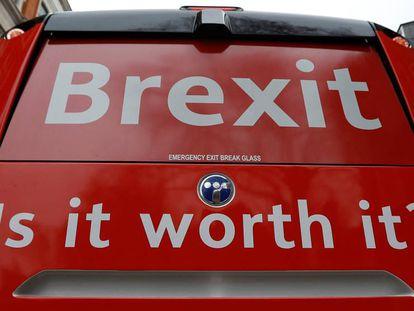 Campaña anti Brexit con el lema 'Vale la pena' con un autobús