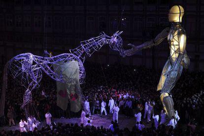 La compañía teatral española La Fura dels Baus, durante la ceremonia inaugural del evento que oficializa a Guimarães como Capital Europea de la Cultura.