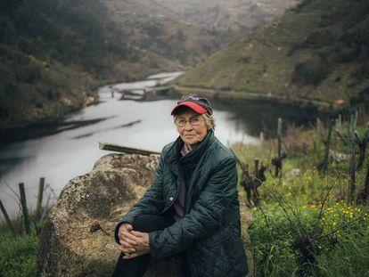 Esther Teijeiro, en uno de sus viñedos junto al río Miño, en Chantada (Lugo).