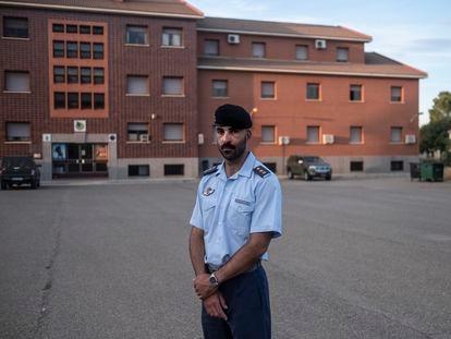 El capitán del Ejército del Aire Javier Escorihuela, que estuvo de misión en Afganistán, en la base aérea de Zaragoza.