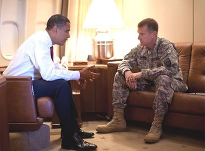 Barack Obama y el general McChrystal, ayer en el <i>Air Force One.</i>