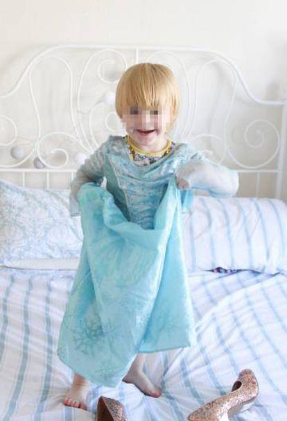 Noah, brincando en la cama de sus padres vestido con su traje favorito, el de princesa Elsa.
