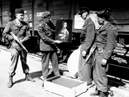 Un oficial estadounidense, otro polaco y dos soldados del ejército de EE UU, con 'La dama del armiño', de Leonardo da Vinci, tras su rescate de manos nazis, en Cracovia en abril de 1946.