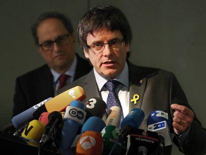 Puigdemont y Torra (al fondo), en la rueda de prensa de hoy en Berlín.