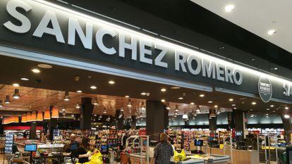 Entrada de uno de los supermercados de Sánchez Romero, en Alcobendas.