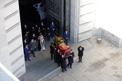 Los familiares de Francisco Franco portan el féretro con los restos mortales del dictador tras su exhumación en la Basílica del Valle de los Caídos el 24 de octubre de 2019.