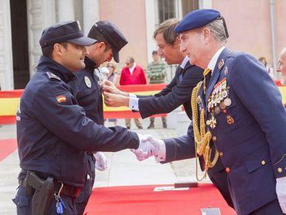 El coronel Nicolás Murga, a la derecha, en la celebración del Día de la Policía de 2014.