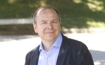 Ugo Panizza, economista, posa en el campus de la universidad de Navarra.