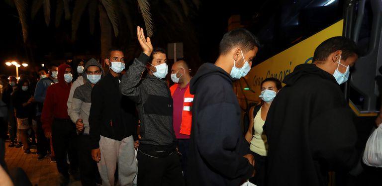 Migraciones y el Gobierno de Canarias realojan a los inmigrantes que abandonaron Arguineguín.