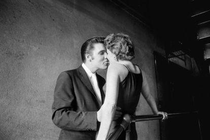 El beso, Elvis con una fan en los pasillos del Teatro Mosque, en Richmond, Virginia, en junio de 1956.