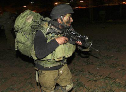 Un soldado israelí se encamina hacia el interior de Gaza, en el inicio de la invasión por tierra.