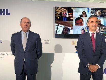 El expresidente de OHL Juan Villar-Mir de Fuentes, con el consejero delegado Juan Antonio Fernández Gallar y de fondo la imagen de los consejeros de la compañía tras la junta telemática de 2020  OHL 15/06/2020