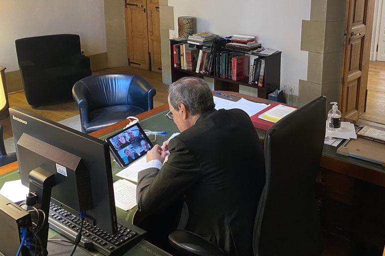 El presidente de la Generalitat, Quim Torra, se reúne por videoconferencia con representantes del mundo local.