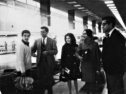 Gabriel García Márquez, Mario Vargas Llosa, Martha Livelli, Mercedes Barcha y José Miguel Oviedo se despiden en el aeropuerto Jorge Chávez de Lima, el 11 de septiembre de 1967. Archivo revista 'Caretas'