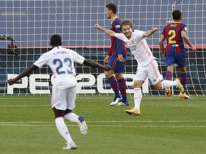 Modric y Mendy celebran el tercer gol del Real Madrid este sábado ante el Barcelona en el Camp Nou