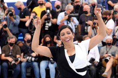 La directora premiada Tatiana Huezo posa al llegar al Festival de Cannes, este viernes.
