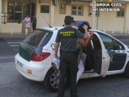 Imagen facilitada por la Guardia Civil de las detenciones.