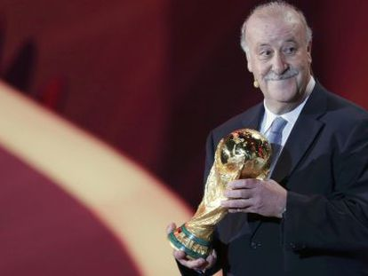 Del Bosque, con la Copa que distingue al campeón mundial.