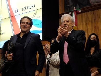 Juan Gabriel Vásquez recibe el premio de manos de Mario Vargas Llosa el Paraninfo Enrique Díaz de León de la Universidad de Guadalajara.