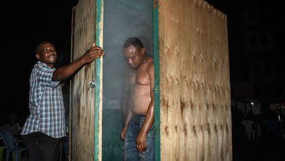 Una cabina de vapor instalada en plena calle en Tanzania, un método de moda en el país contra el coronavirus.