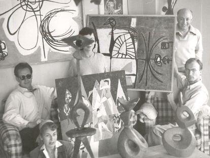 Fotografía con anotación autógrafa al dorso. De derecha a izquierda, Manuel Millares. Fred Cohen, Elvireta Escobio, Martín Chirino (con gafas de sol) y Trudy Heisenberg en la casa de Millares, Las Palmas 1955.