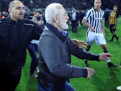 Ivan Savvidis invadió el campo en el partido ante el AEK Atenas