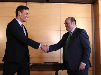 Sánchez se compromete a impulsar las  reformas necesarias para adecuar la estructura del Estado al reconocimiento de las identidades territoriales  y a  abrir los cauces para promover la representación internacional de Euskadi  en competiciones deportivas