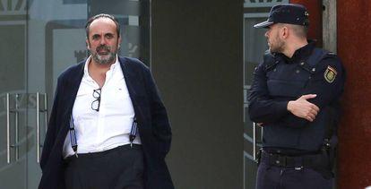 El exalcalde de Majadahonda, Guillermo Ortega, sale de la Audiencia Nacional durante el juicio del 'caso Gürtel'.