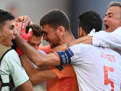 Luis Enrique celebra el tercer gol del equipo junto a sus jugadores.