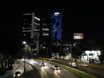 Vista nocturna de los rascacielos del paseo de la Reforma de Ciudad de México, a finales de octubre.