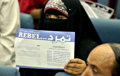 Una mujer sostiene una petición para pedir la renuncia del presidente egipcio, Mohamed Mursi, durante una rueda de prensa del movimiento Tamarod (Rebelión) en El Cairo.