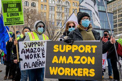 Protesta de trabajadores de Amazon contra el racismo.
