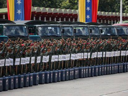 Militares con material electoral, durante un acto el lunes en Caracas.