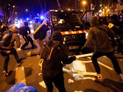 BARCELONA 17/2//2021.- Varios manifestantes lanzan objetos a un vehículo de los cuerpos antidisturbios tras la manifestación de protesta por la detención del rapero Pablo Hasel, que ayer ingresó en prisión, condenado por delitos de enaltecimiento del terrorismo e injurias a la Corona, este miércoles en Barcelona. EFE/Enric Fontcuberta