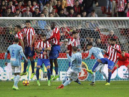 Iago Aspas dispara por debajo de la barrera para lograr el empate del Celta en El Molinón.