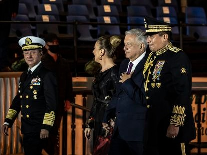 El presidente de México, Andrés Manuel López Obrador, y su esposa, Beatriz Gutiérrez Müller, en la celebración del Bicentenario de la Independencia de México este lunes.