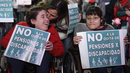 Protesta en Buenos Aires contra la eliminación de pensiones de invalidez.