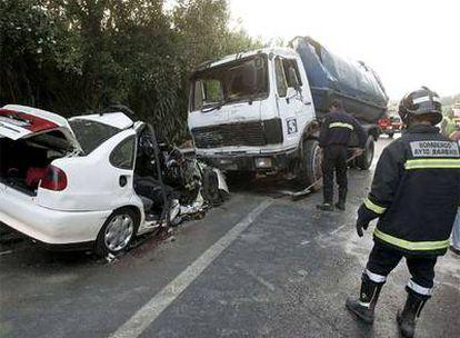 Estado en el que quedaron el turismo y el camión siniestrados ayer en Vejer de la Frontera, Cádiz.