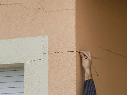 Un vecino muestra las grietas surgidas en su casa / MARCEL·LÍ SÀENZ