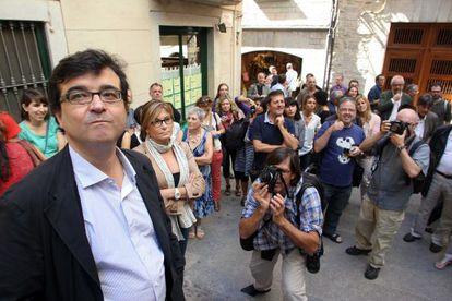 Javier Cercas, en su paseo este martes por los escenarios de su nueva novela en Girona.