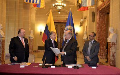 El secretario general de la OEA en la firma del acuerdo para Colombia
