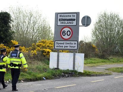 Policías irlandeses patrullan la frontera entre Irlanda e Irlanda del Norte en la localidad de Bridgeend, en abril de 2019.