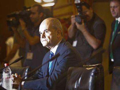 Manuel Chaves, minutos antes de iniciar su comparecencia ante la comisión de investigación de los ERE.