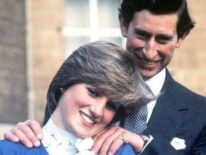 Carlos de Inglaterra y  Diana Spencer, el día del anuncio de su compromiso el 24 de febrero de 1981.